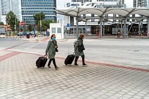 Lidé v rouškách na nádraží v Bratislavě