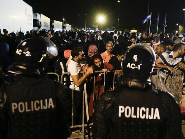 Slovinská pořádková policie zasáhla v pátek večer slzným plynem proti asi 500 migrantům, kteří se pokusili proniknout do země přes hranice z Chorvatska.