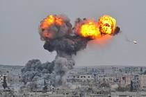 V září se mezinárodní koalice v čele s USA odhodlala k leteckým úderům proti IS, což Kurdům pomohlo odrazit nápor teroristů u syrského města Kobani.