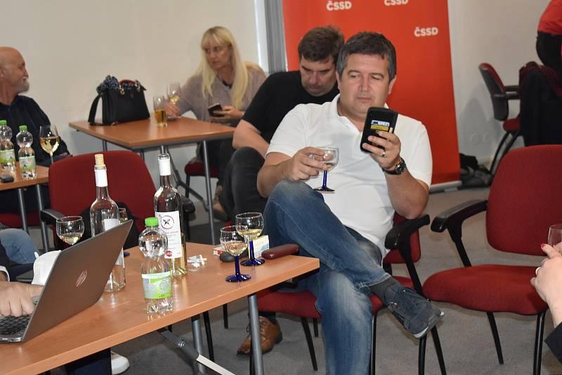 Předseda strany Jan Hamáček je zatím v uvolněné náladě. Popíjí se víno.