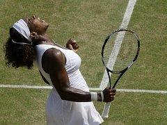 Serena Williamsová se raduje, opět si zahraje o wimbledonský titul.