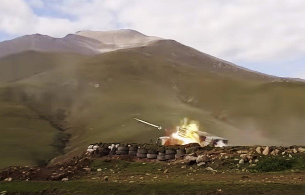 Raketomet ázerbájdžánské armády v akci během bojů na Náhorním Karabachu.