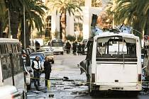 Tuniská policie od úterního atentátu na prezidentskou gardu pozatýkala 40 osob podezřelých ze spolupráce s radikály. Dalších 90 lidí je drženo v domácím vězení.
