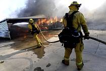 Hasiči bojují s lesním požárem v kalifornském městě Calimesa na snímku z 10. října 2019.