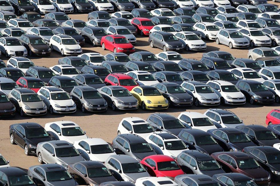 Skladiště aut Volkswagenu v USA