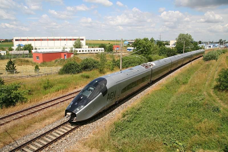 Vlak Alstom AGV jedoucí rychlostí 200 km/h po cerhenickém testovacím okruhu
