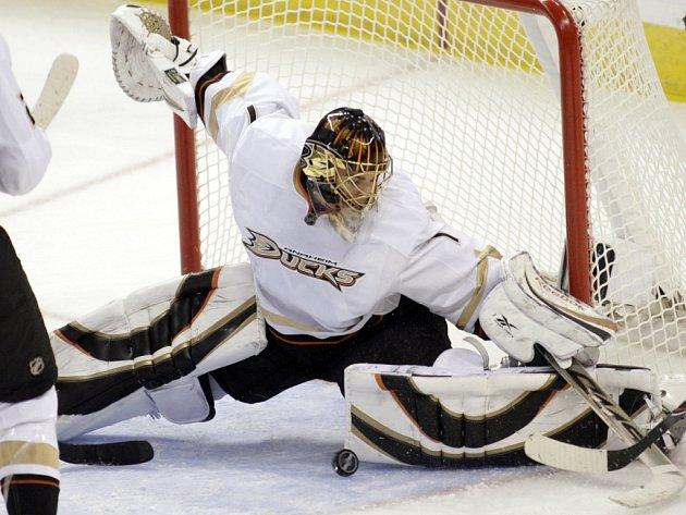 Gólman Kačerů z Anaheimu Jonas Hiller při jednom ze zákroků na ledě Ottawy.