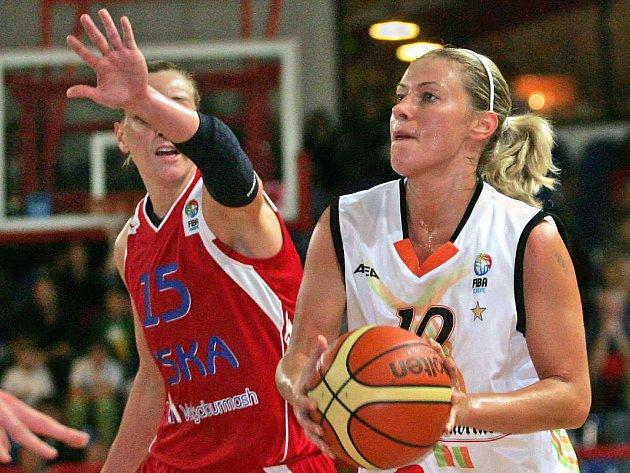 Katie Douglas z CSKA Moskva (vlevo) se snaží bránit Brňanku Zuzana Žirková.