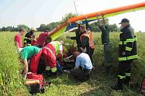 U Jaroměře spadlo ve středu 10. července ráno do řepkového pole rogalo, jeho pilot se těžce zranil.