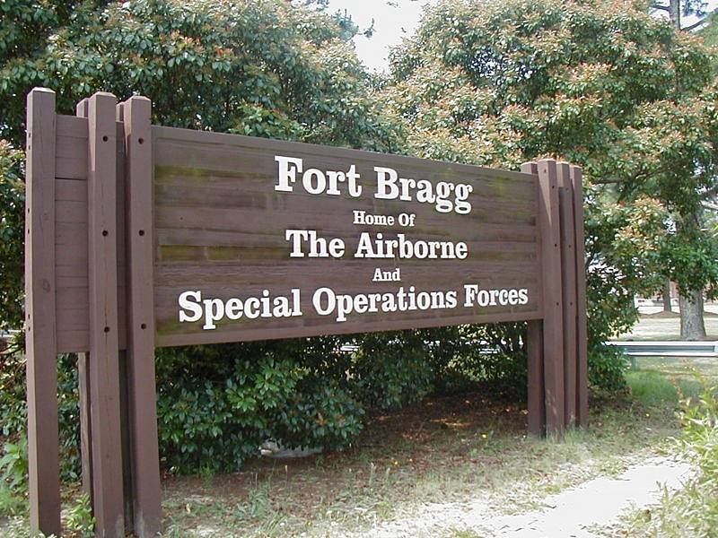 Americká vojenská základna Fort Bragg je ve skutečnosti spíše městem. Žijí zde vojáci i se svými rodinami. V jednom z domů skončily životy Colette MacDonaldové a jejích dvou dcer.