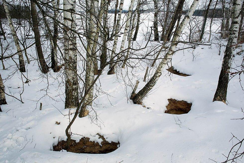 Ilegální kopáči po sobě zanechávají až tři metry hluboké jámy, které hyzdí okolní krajinu azpůsobují její erozi.
