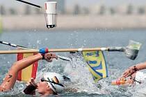 Plavci museli v teplé vodě poctivě doplňovat tekutiny.