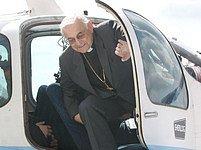 Kardinál Miloslav Vlk vystupuje z letadla