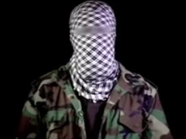Maskovaný muž na záběrech vyzývá muslimy k útokům na nákupní centra.