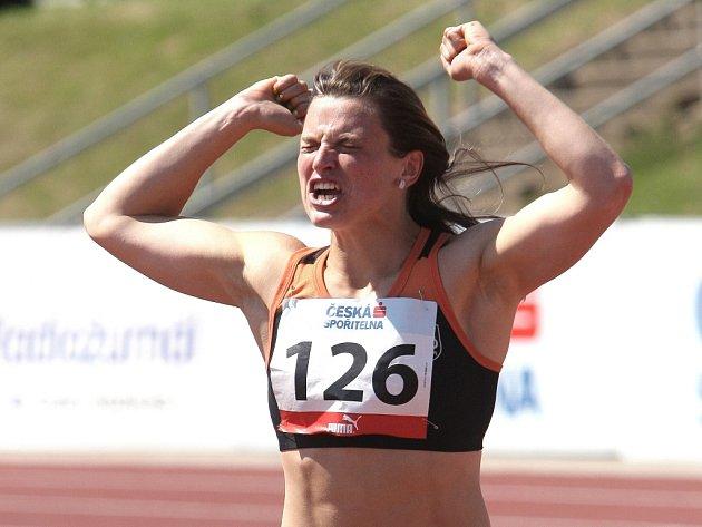 Překážkářka Lucie Škrobáková se raduje z vítězství na mistrovství ČR.