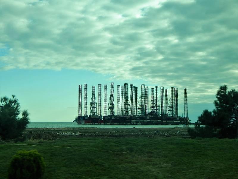Ázerbájdžán si mohl dovolit Euro nebo dřív Evropské hry díky ropě. Tohle je typický obrázek v celé zemi - ropné plošiny. Na snímku ty v Kaspickém moři.
