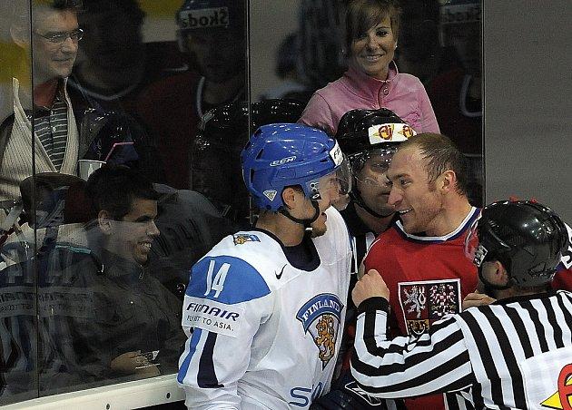 Souboj v rohu kluziště mezi Karlem Rachůnkem (v červeném) a Niklasem Hagmanem z Finska.
