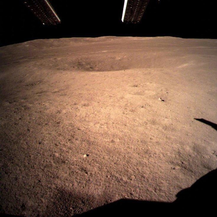 První fotografie čínské sondy Čchang-e 4 z odvrácené strany měsíce