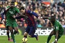 Lionel Messi z Barcelony (uprostřed) školí obranu Levante.