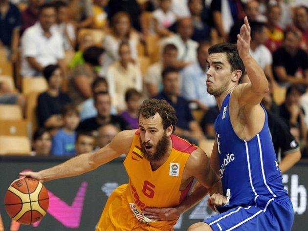 Tomáš Satoranský (vpravo) se snaží zastavit Sergia Rodriguese ze Španělska.