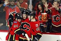 Roman Červenka (uprostřed) slaví vstřelení gólu v dresu Calgary Flames