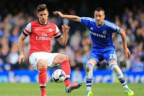 John Terry z Chelsea (vpravo) a Olivier Giroud z Arsenalu.