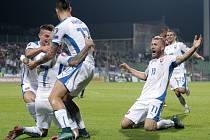 Fotbalisté Slovenska se radují z gólu proti Lucembursku.