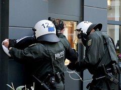 V Kolíně nad Rýnem policisté zasahovali proti neonacistům.