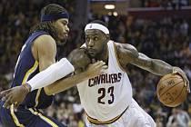 LeBron James z Clevelandu ser snaží prosadit proti Indianě.