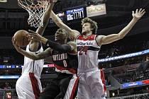 Basketbalisté Washingtonu Jan Veselý (vpravo) a Kevin Seraphin (vlevo) brání Damiana Lillarda z Portlandu.
