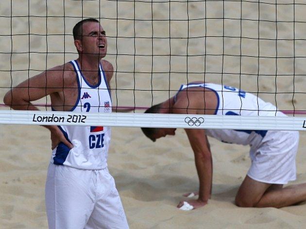 Beachvolejbalisté  Petr Beneš (vlevo) a Přemysl Kubala na olympijských hrách v Londýně.