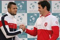 K souboji týmových jedniček ve finále Davis Cupu Jo-Wilfrieda Tsongy (vlevo) a Rogera Federera by mělo dojít v neděli.