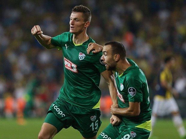 Hráči tureckého Bursasporu Tomáš Necid (vlevo) a Sercan Yildirim.