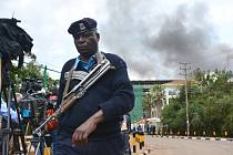 Čtyři dny trvající útok a obléhání nákupního střediska Westgate v Nairobi začaly 21. září a vyžádaly si nejméně 67 obětí včetně žen a dětí.