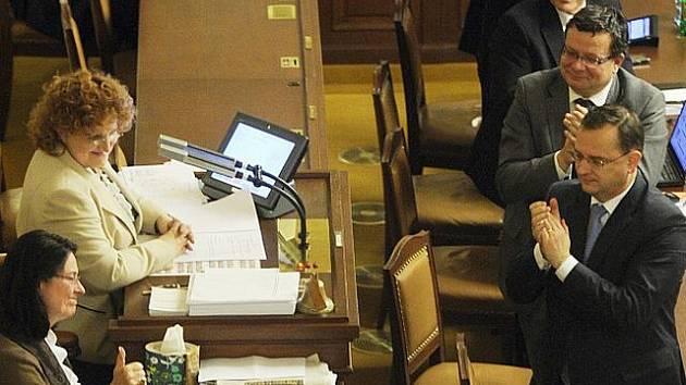 Poděkování ženám ve vedení dolní komory parlamentu za jejich výdrž v uplynulých dnech od členů vlády na schůzi Poslanecké sněmovny, která pokračovala v neděli 6. listopadu 2011 v Praze do pozdních večerních hodin.
