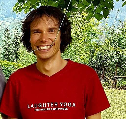Existuje mnoho cviků, kterými lze uvolnit bránici i celé tělo a postupně se začít smát bez důvodu. Je to jednoduché, říká David Zahradník, lektor jógy smíchu.
