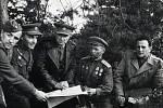 Na Kótě 640 severně Vyšného Komárníku. Zleva: Vojta Černý, škpt. Procházka, Ludvík Svoboda, sovětský plukovník, Bedřich Reicin