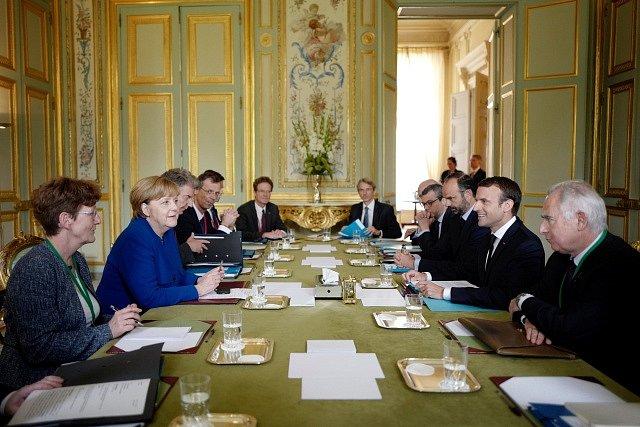 Jednání mezi Emmanuelem Macronem a Angelou Merkelovou v Elysejském paláci