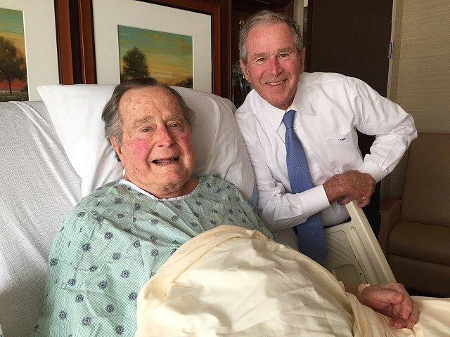 Bushové prezidenti. George starší se synem Georgem mladším v houstonské nemocnici.