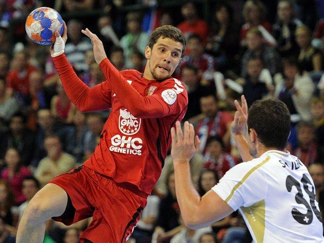 Čeští házenkáři (v červeném) proti Švýcarsku.