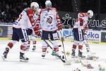 Hokejisté Pardubic zametají z ledové plochy plyšáky.
