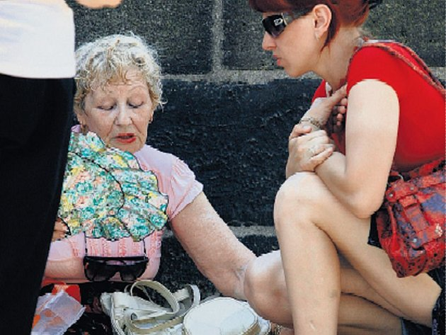 KOLAPS. Turistku na snímku včera skolilo vedro přímo na Karlově mostě. Nebyla jediná.