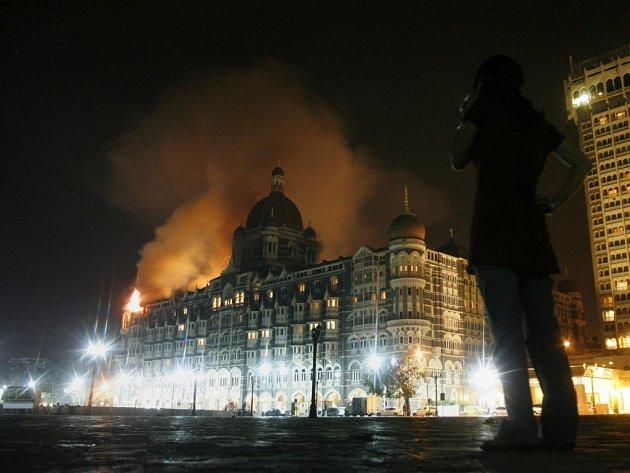 Hořící hotel Tádž Mahal v Bombaji. Útočníci tam zajali zahraniční turisty a zmizeli s nimi neznámo kam.