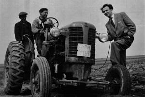 Nový traktor v JZD