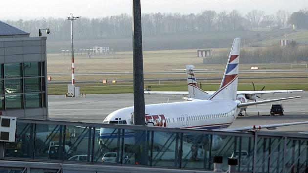 Poškozené letadlo ČSA přistálo na ruzyňském letišti v Praze. Jeho potíže nastaly, když nasálo po startu v Ostravě Mošnově ptáka do motoru. Místo do Egypta muselo zamířit do Prahy.