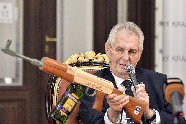 Miloš Zeman se samopalem a svou oblíbenou Becherovkou.