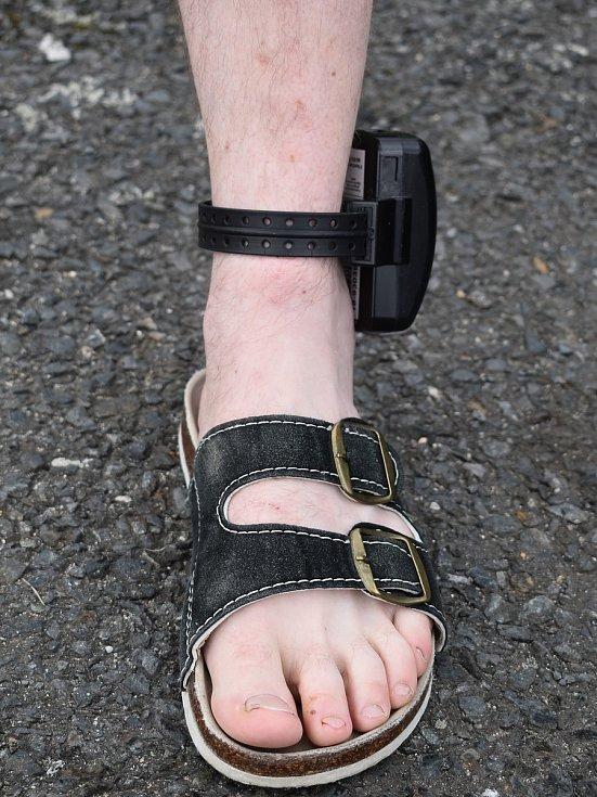 """Namísto """"bachařů"""" v klasické vazbě hlídá Víta Hrdličku elektronický monitorovací systém. Na noze ho musí mít nepřetržitě."""