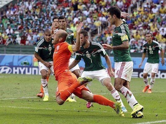 Arjen Robben po zákroku Rafaela Márqueze