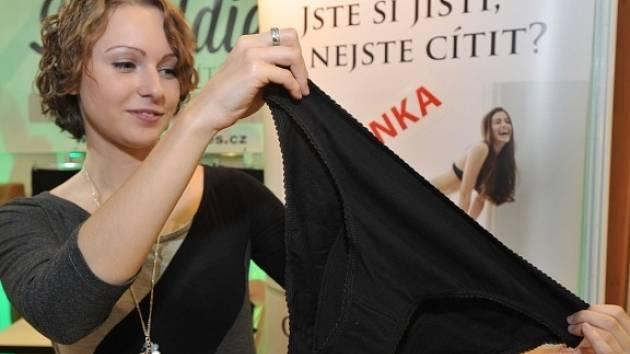 Na českém trhu se letos objevilo deodorační spodní prádlo (na snímku z 24. srpna), jež slouží převážně lidem, kteří trpí nadměrným nadýmáním a plynatostí. V běžném prádle z bavlny je totiž vrstva s aktivním uhlím, které pachy pohlcuje.