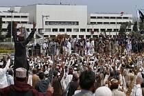 Stovky islamistů dnes v pákistánské metropoli Islámábádu pokračují v protestu proti popravě muže, který zabil guvernéra provincie Paňdžáb pro jeho liberální názory.